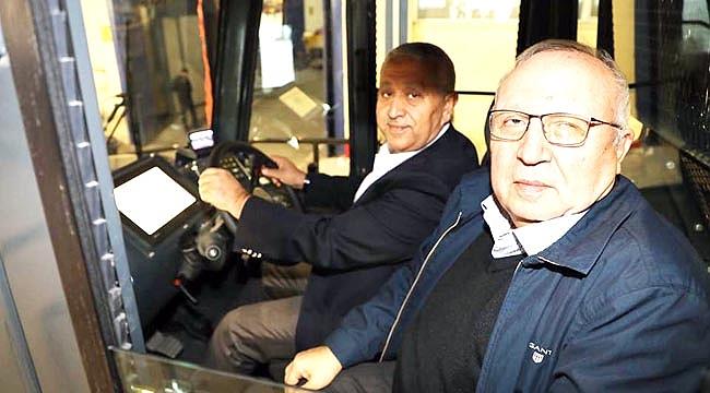 Başkan Zeybek 'Deve'ye bindi