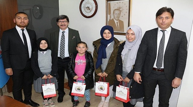 Kitap yazarı öğrenciler Müdür Yalçın'ı ziyaret etti