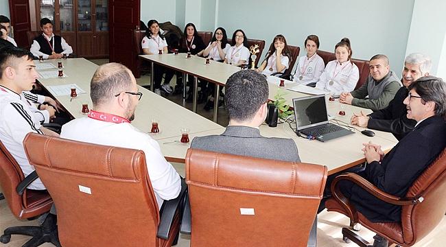 Öğrenciler'den Müdür Yalçın'a ziyaret