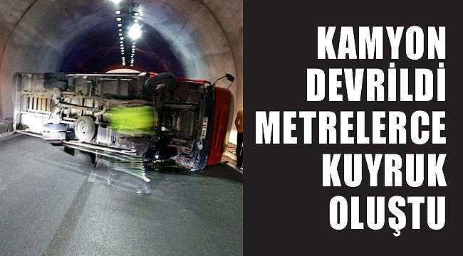 TÜNELDE KAMYON DEVRİLDİ, METRELERCE KUYRUK OLUŞTU