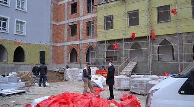 Müdür Yalçın inşaatı devam eden okulları inceledi