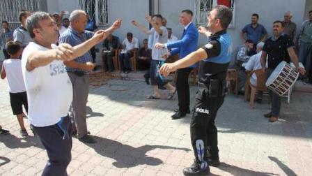 Bolvadin'de 'Düğüne Silahla Değil, Kaşıkla Gel' kampanyası